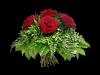 Lav bukett med røde roser og grønt